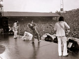 The Who in Concert, Roger Daltry Singing at the Charlton Athletic Football Club Ground, May 1976 Fotografiskt tryck