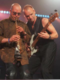 Sting Rock Singer in Aberdeen with Guitar Beside His Saxaphone Player Fotografisk tryk