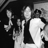 John Lennon Yoko Ono and Paul McCartney Attending the Yellow Submarine Premiere in London, July 196 Fotografisk tryk