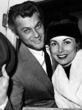 Janet Leigh with Husband Tony Curtis at Paddington Station, May 1957 Fotografie-Druck
