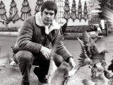 Ozzy Osbourne with Short Hair Feeding the Pigeons in Glasgow's George Square, November 1982 Fotodruck