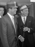 Frank Sinatra Arriving at Heathrow Airport with Dean Martin, August 1961 Fotografisk tryk