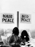 John Lennon in Bed with Yoko Ono at the Hilton Hotel Amsterdam Fotografisk tryk