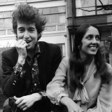 Bob Dylan American Folk Singer with Joan Baez in the Savoy Gardens on the Thames Embankment, 1965 Fotografisk tryk