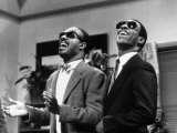 Eddie Murphy Taking off and Singing with Stevie Wonder, July 1988 Fotografisk tryk