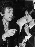 Bob Dylan American Folk Singer Arriving at Heathrow Airport with His Girlfriend Joan Baes Fotografisk trykk