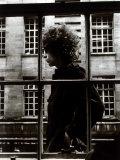 Den enastående Bob Dylan går förbi ett butiksfönster i London, 1966 Fotoprint