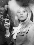 Britt Ekland Enjoying the Cigar at the Ideal Home Exhibition in London Fotografisk trykk