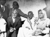 Charlie Chaplin Here with Mahatma Gandhi Who He Met When Gandhi Visited London, July 1931 Fotografisk tryk