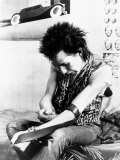 Sid Vicious, of the Punk Group Sex Pistols, Injects Himself with Heroin in 1978 Lámina fotográfica