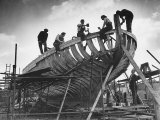 This Wooden Fishing Boat was Built by 60 People in 100 Days, WW2 Topsham Shipyard 1944 Lámina fotográfica