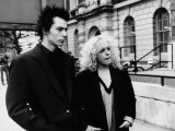 Sid Vicious with Nancy Spungen at Marylebone Magistrates Court on Drugs Charge Lámina fotográfica