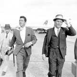 Dean Martin and Frank Sinatra at London Airport, August 1961 Fotografisk trykk