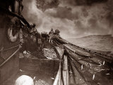 The Crew of a Yarmouth Herring Boat Pull in Their Catch on a Storm Tossed North Sea, 1935 Fotografisk tryk