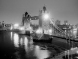 A View of Tower Bridge on the River Thames Illuminated at Night in London, April 1987 Fotografisk tryk
