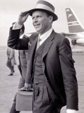Frank Sinatra Seen Here Arriving at Heathrow Airport in the Summer of 1961 Fotografisk tryk