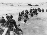 American Troops Under Enemy Fire Wading Through the Sea to Land on the Beaches of Normandy France Lmina fotogrfica
