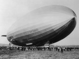 Graf Zeppelin People Mill Around as the Airship Prepares for Take Off Impresso fotogrfica