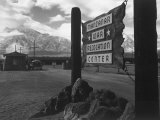Entrance to Manzanar Relocation Center Plakat af Ansel Adams