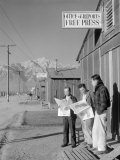 Roy Takeno, Editor, and Group, Manzanar Relocation Center, California Foto van Ansel Adams