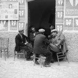 Men in Conversation in Accettura Fotografisk tryk