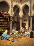 Arabian Ladies Weaving a Moorish Carpet in an Internal Setting of Algiers Fotografisk tryk