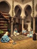 Arabian Ladies Weaving a Moorish Carpet in an Internal Setting of Algiers Fotografie-Druck