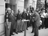 Governor George Wallace Blocks Entrance at the University of Alabama Plakater af Warren K. Leffler