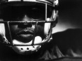 Close-up of an American Football Player Wearing a Helmet Lámina fotográfica