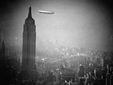 The Zeppelin Hindenburg Floats Past the Empire State Building Impresso fotogrfica