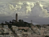 Storm Clouds Hover Over San Francisco's Coit Tower Fotografisk tryk