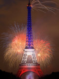 Fireworks Illuminate the Eiffel Tower Lámina fotográfica