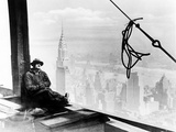 A Steel Worker Rests on a Girder at the 86th Floor of the New Empire State Building Impressão fotográfica