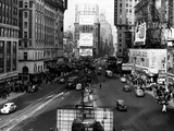 Visitors and Residents of New York City Spend Their Time Window-Shopping Around the Times Square Fotografie-Druck