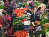 Colorful Vegetable Market in Chichicastenango, Guatemala Photographie par Keren Su