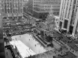 With the Famed Rockefeller Center Christmas Tree Rising Above Them, Skaters Glide on the Ice Photographie