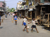 Children Play Soccer on One of the Streets of the Business District of Lagos Fotografisk tryk