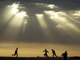 Iraqi Kurdish Boys Play Football as the Sun Sets Photographie
