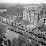 Contestants in the 1948 Tour De France Parade up the Champs Elysees Impressão fotográfica