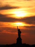 The Sun Sets Behind the Statue of Liberty on the Longest Day of the Year Photographie