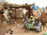 A Sudanese Family is Seen Inside Their Thatched Hut During the Visit of Unicef Goodwill Ambassador Fotografisk tryk