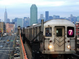The Number 7 Train Runs Through the Queens Borough of New York Impresso fotogrfica