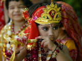 A Child Enacts the Life of Hindu God Krishna During Janamashtami Celebrations Fotografie-Druck