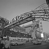 Pedestrians Cross Virginia Street as the Arch That Proclaims Reno: the Biggest Little City Fotodruck