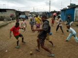 Children Play Soccer in an Impoverished Street in Lagos, Nigeria Fotografisk tryk