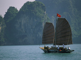 Junk Sailing, Ha Long Bay, Vietnam Photographie par Keren Su