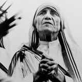 Mother Teresa of Calcutta Prays During a Religious Service Lámina fotográfica