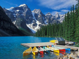 Canoes on Moraine Lake, Banff National Park, Alberta, Canada Lámina fotográfica por Adam Jones