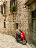 Moped in Alley, Sibenik, Croatia Lámina fotográfica por Russell Young