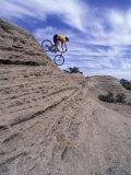 Active Male Rides Slickrock Ridge, Utah, USA Reproduction photographique par Howie Garber